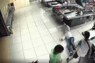 В Киеве охранник потребовал у посетителя оплатить товар и получил удар в лицо