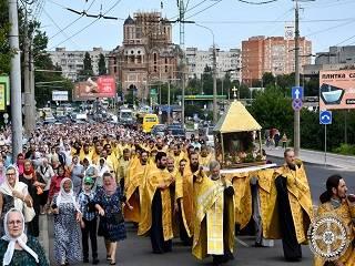 В Луцке тысячи верующие УПЦ прошли крестным ходом со святынями