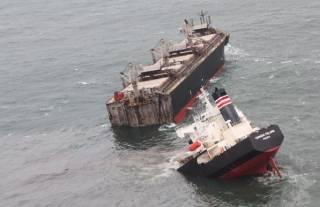 Появилось видео, как в Японии корабль переломало пополам