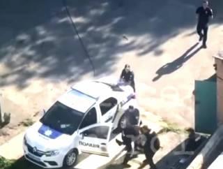 Двое полицейских средь бела дня устроили мордобой в Белой Церкви