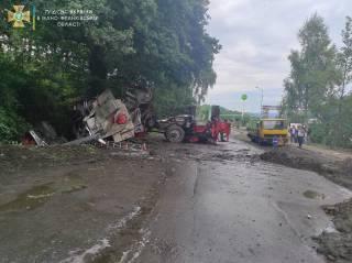 Пожарный автомобиль, спешивший на вызов, перевернулся на Прикарпатье