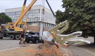 Огромный флагшток упал на автомобиль чиновника, отвечающего за строительство в Херсоне, – СМИ