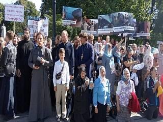 Под Верховной Радой верующие УПЦ начали молебен