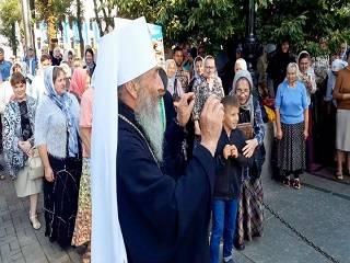 Митрополит Онуфрий неожиданно приехал к месту пребывания Варфоломея и благословил молитвенное стояние верующих УПЦ