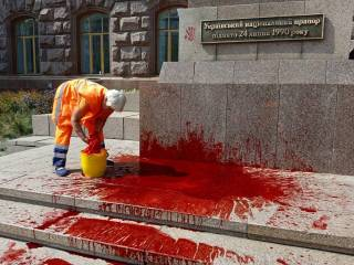 В День Независимости один человек попытался себя сжечь, а другой облил красной краской символ Украины