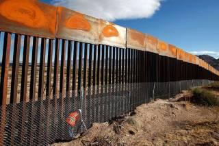 В США на границе с Мексикой начала разрушаться стена Трампа за $15 млрд