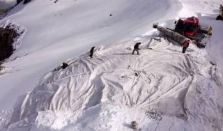 Одну из гор в Альпах укутывают флисовыми покрывалами: стала известна причина