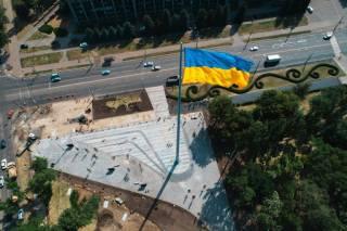 Сговоры, растраты и подозрения: как появлялись флагштоки в городах Украины