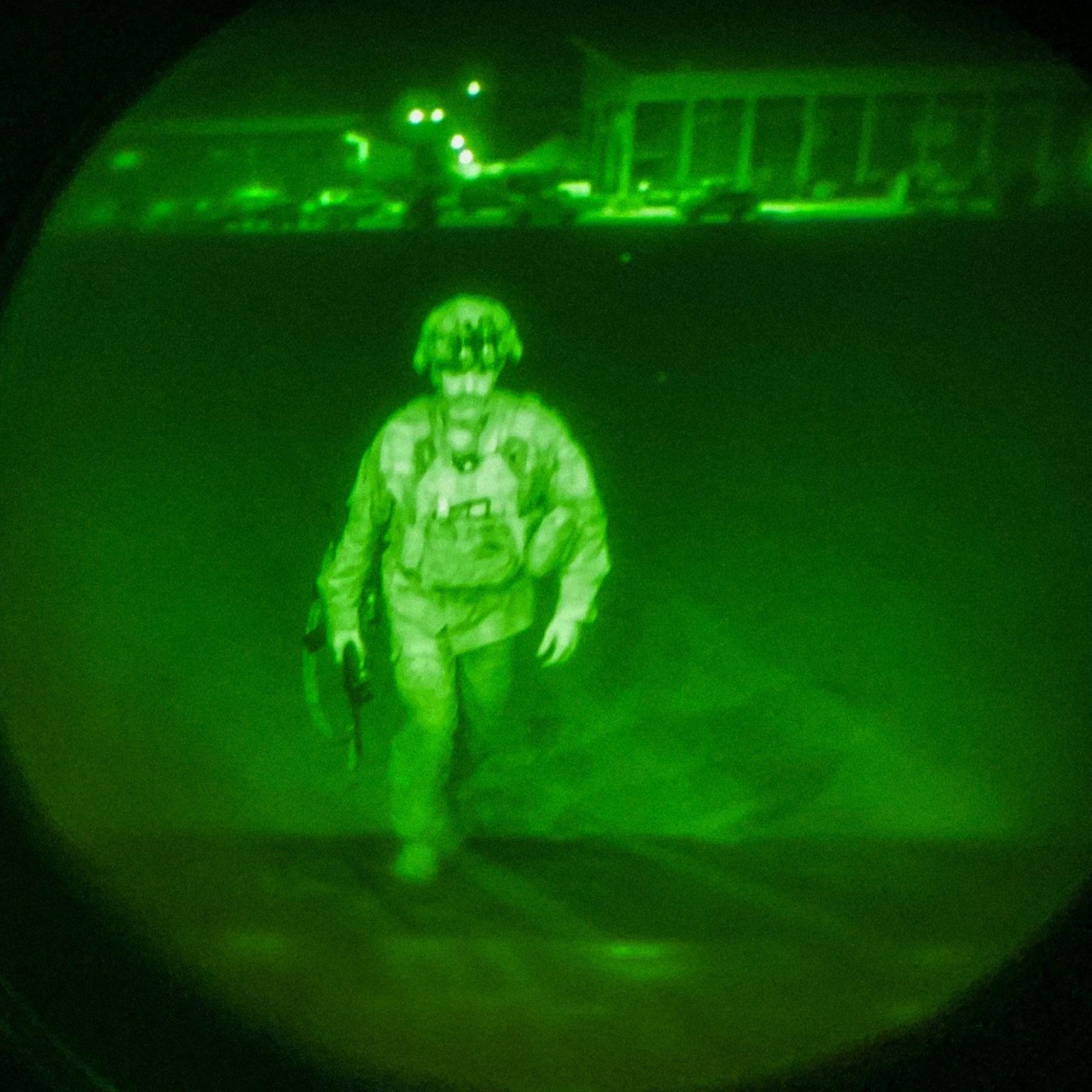 Генерал-майор Крис Донахью, командующий 82-й воздушно-десантной дивизией, XVIII воздушно-десантным корпусом и Форт-Брэггом, садится на борт C-17 ВВС США 30 августа 2021 года, завершая миссию США в Кабуле