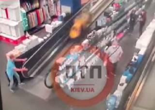 Появилось видео, как в одном из супермаркетов Киева мужчина спас ребенка