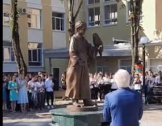 У здания университета Шевченко в Молдове поставили памятник... Гарри Поттеру