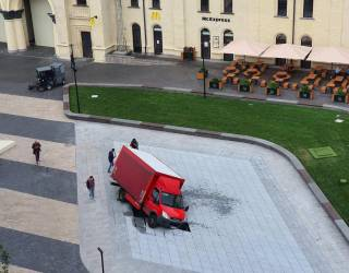 Грузовик провалился в фонтан, только вчера открытый в Киеве