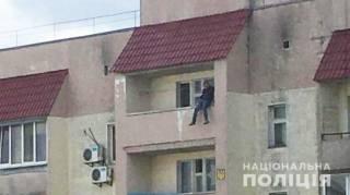 35-летний мужчина из-за семейных неурядиц вылез на балкон 9 этажа и попал на видео