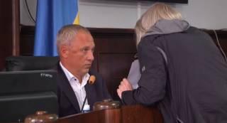 Женщина набросилась на мэра Черновцов прямо во время заседания горсовета