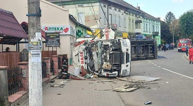 Фура с щебенкой врезалась в магазин во Львовской области