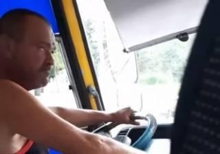 В Киеве одноглазый водитель маршрутки пьет пиво прямо за рулем