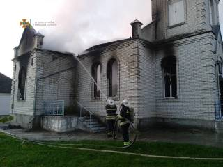 Под Киевом горела церковь: опубликовано видео с места ЧП
