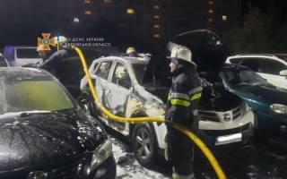 В Харькове на стоянке сгорели сразу 6 машин. Одна из них принадлежит полицейской «шишке»