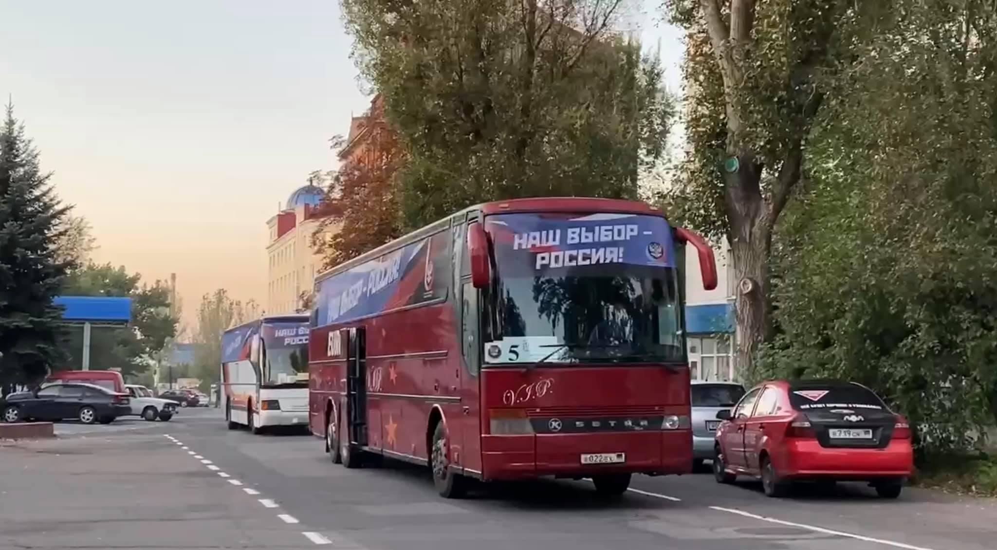 Автобус с жителями оккупированных территорий Украины, которых везут голосовать на выборах в Госдуму РФ