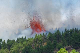 На Канарах началось извержение самого активного вулкана