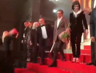 Московского актера отхлестали букетом цветов после спектакля