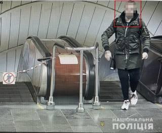 В Киеве иностранец угрожал пистолетом пассажирам метро