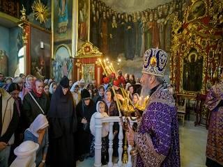 В Киево-Печерской лавре верующие УПЦ празднуют Воздвижение Креста Господнего