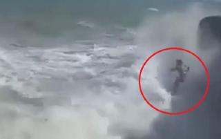 В Испании экстремалы прыгнули со скалы в бушующее море. Их смерть попала на видео