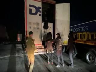 Черноморские пограничники нашли в контейнерах с тканями нелегалов из Сирии