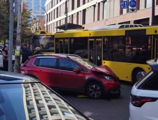Девушка на красном «Пежо» на полном ходу протаранила автобус с детьми в Киеве