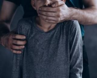 В Киеве 74-летний дед развратил 8-летнюю девочку, предложив ей посидеть на коленях