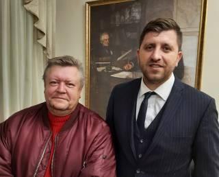 Неизвестный мужчина подстрелил водителя главного архивариуса Украины, есть раненый