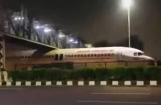 В Индии самолет… застрял под мостом
