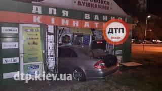 В Киеве Mercedes влетел в ларек