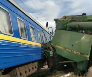 Комбайн неожиданно взял на таран пассажирский поезд на Житомирщине