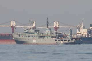 Дюжина кораблей в Черном море пытается спасти украинское военное судно