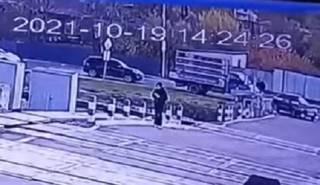 Появилось видео, как под Харьковом поезд насмерть сбил девушку