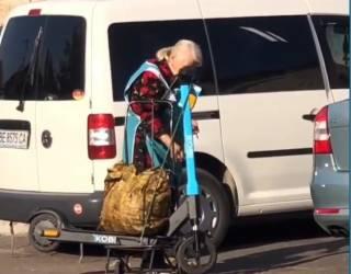 Суровые николаевские старушки пытались украсть прокатные электросамокаты