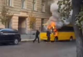 Появилось видео, как в центре Черновцов горела маршрутка
