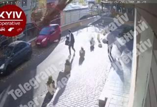 В Киеве огромный тополь рухнул на припаркованный автомобиль и чуть не убил двух прохожих