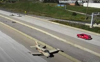 Появилось видео, как в Канаде самолет сел на оживленную трассу